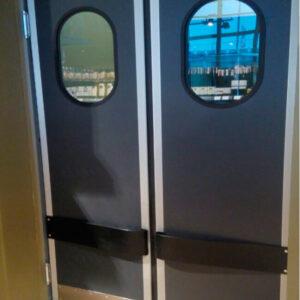 двухстворчатые маятниковые двери в пленке